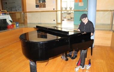 Jazz-Pianist Alexander Nau unterhielt beim Sektempfang