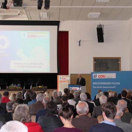 Die Zuhörer lauschen den Ausführungen von Fritz Kramer
